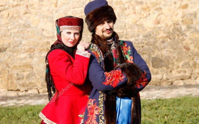 Мужчина и женщина в русской национальной одежде — Стоковое фото