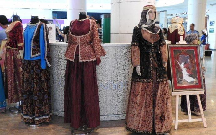 В Баку открылась выставка национальной одежды Азербайджана