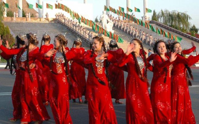 В Туркменистане женщин заставляют ходить в дорогой национальной одежде